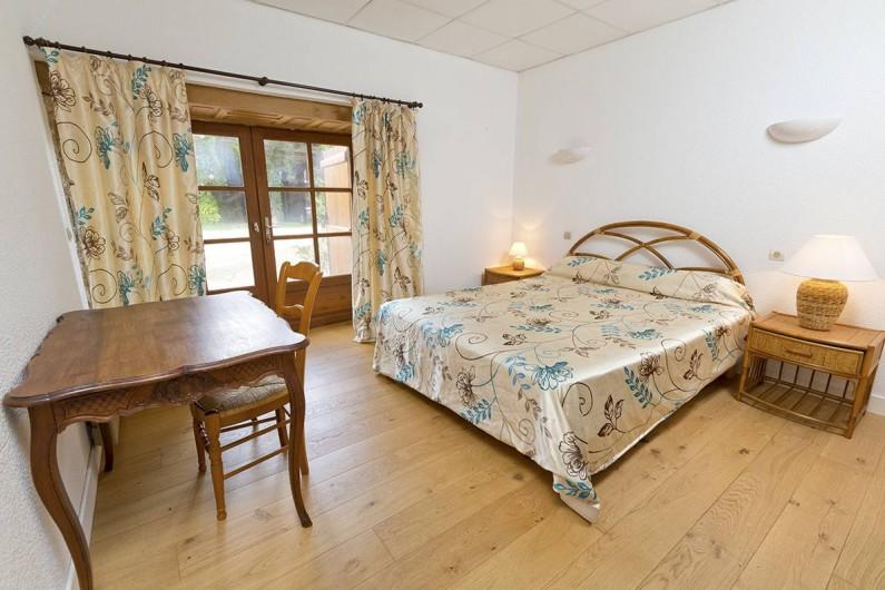 Location de vacances - Gîte à Loubressac - Chambre au rdc. Salle d'eau adaptée pour personne à mobilité réduite.