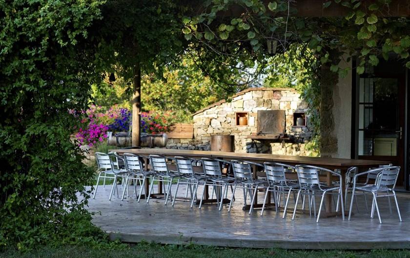 Location de vacances - Gîte à Loubressac - Gloriette couverte, entre la cuisine et la piscine.
