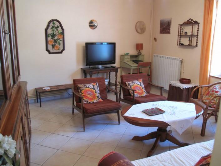 Location de vacances - Gîte à Lapalud - salon avec TV écran plat