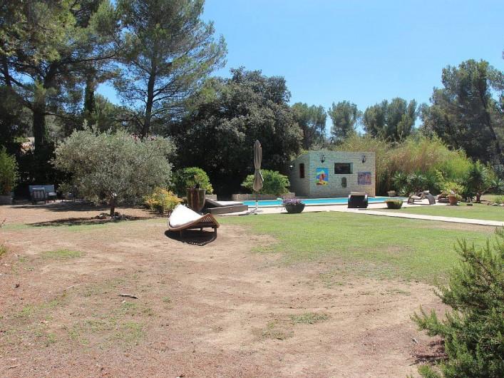 Location de vacances - Studio à Velaux - JArdin et piscine