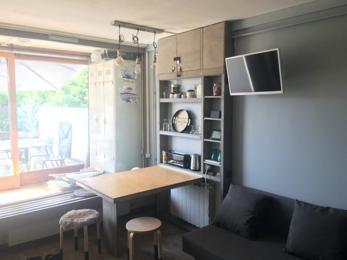 Location de vacances - Studio à Murol - Studio coin repas table ouverte