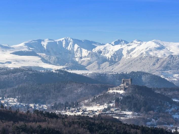 Location de vacances - Studio à Murol - Vu château Murol et massif du Sancy
