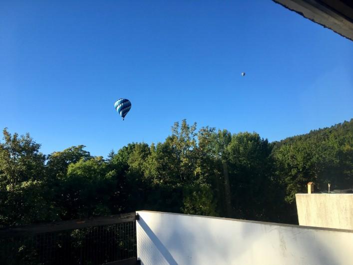 Location de vacances - Studio à Murol - Les montgolfières vues de la terrasse