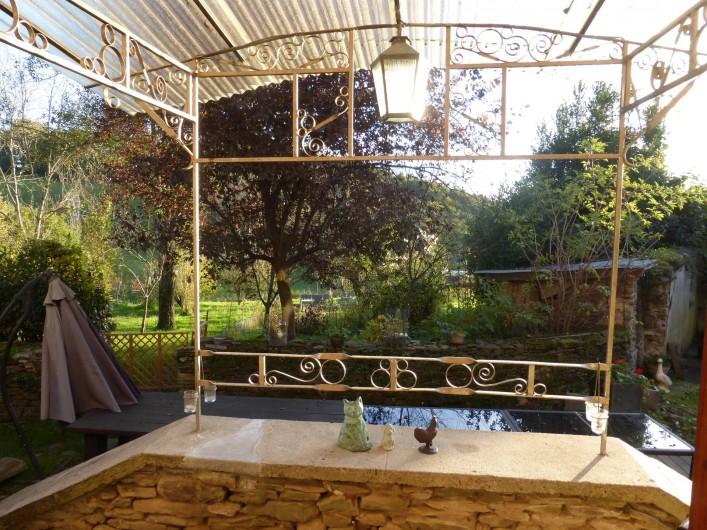 Location de vacances - Gîte à Saint-Hilaire-Peyroux - perron de la cuisine donnant sur la terrasse et le jardin