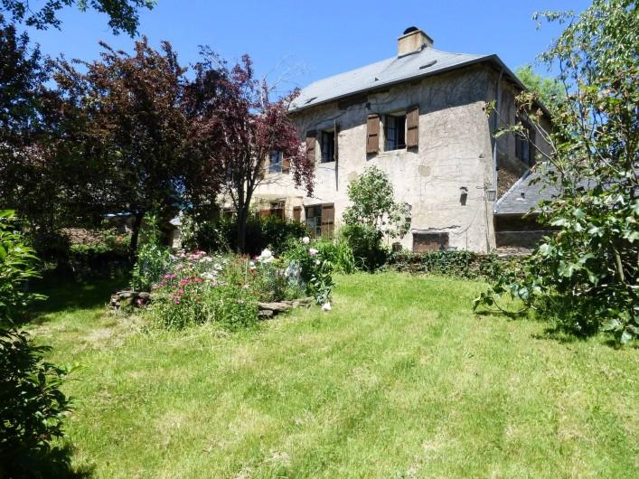 Location de vacances - Gîte à Saint-Hilaire-Peyroux - vue sur la maison depuis le jardin