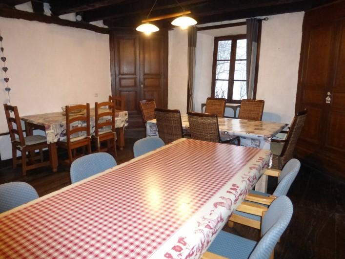 Location de vacances - Gîte à Saint-Hilaire-Peyroux - Séjour principal dans la grande bâtisse