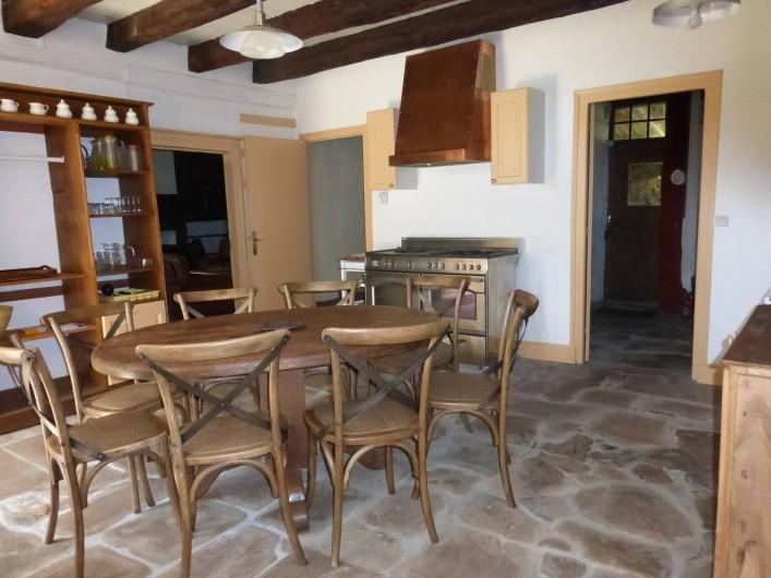 Location de vacances - Gîte à Saint-Hilaire-Peyroux - cuisine principale donnant sur le jardin et la terrasse principale