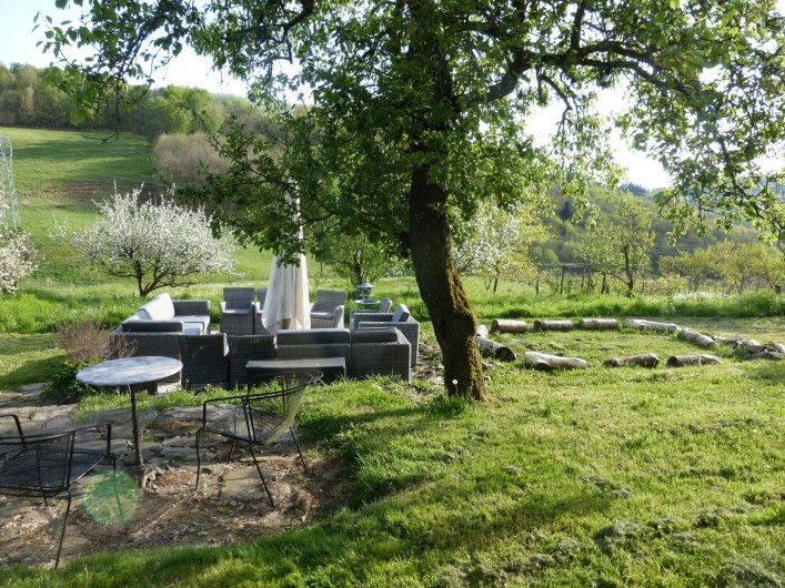 Location de vacances - Gîte à Saint-Hilaire-Peyroux - Salon de jardin principal, sans voisin, entouré d'arbres fruitiers