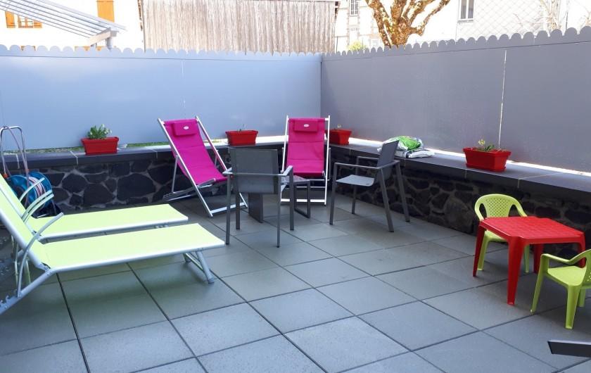 Location de vacances - Appartement à Le Mont-Dore - terrasse de 40m² et ses transats , coin apéro et table et chaises enfants