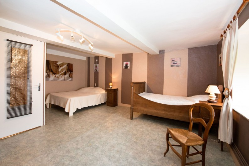 Location de vacances - Gîte à Girondelle - chambre 3personnes avec wc et lavabo