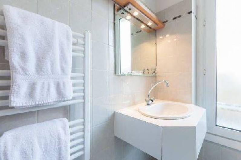 Location de vacances - Studio à Saint-Malo - la salle d'eau avec un sèche serviettes