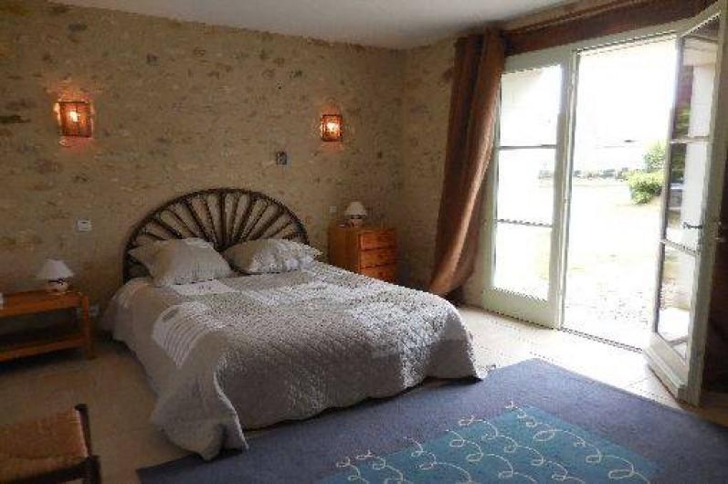Location de vacances - Maison - Villa à Le Liège - chambre 1 donnant sur le jardin et ayant sa salle de douche et wc