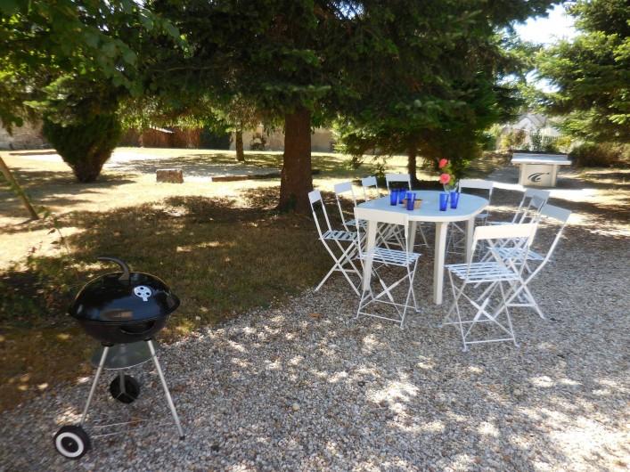 Location de vacances - Maison - Villa à Le Liège - l'espace barbecue, les jeux de pétanque ping pong et portique.
