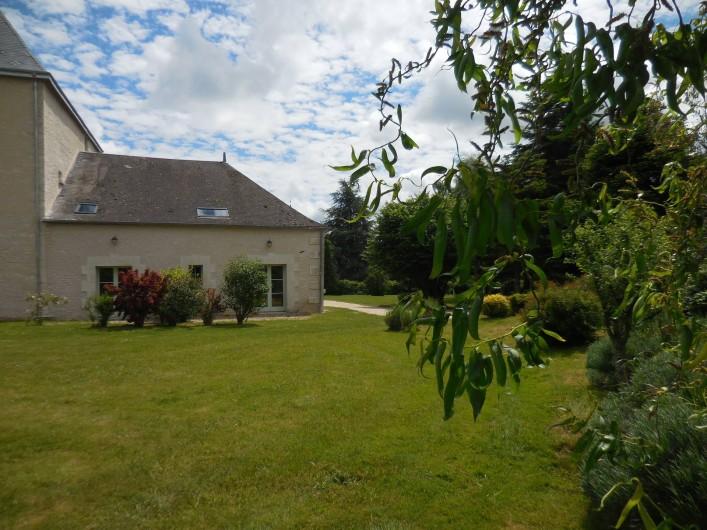 Location de vacances - Maison - Villa à Le Liège - la maison vue du côté de la prairie sur laquelle donnent les chambres 1 et 2