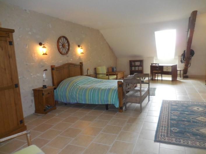 Location de vacances - Maison - Villa à Le Liège - la chambre N° 4 très grande avec  lit double,  lit simple et  salle de douche wc
