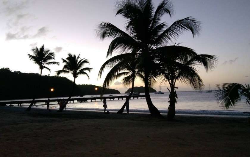 Location de vacances - Villa à Les Trois-Îlets - Couché de soleil sur la plage à 300 mètres de la villa