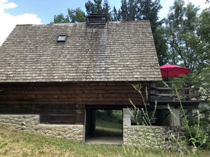 Location de vacances - Chalet à Allos - VUE LATÉRALE DEPUIS JARDIN