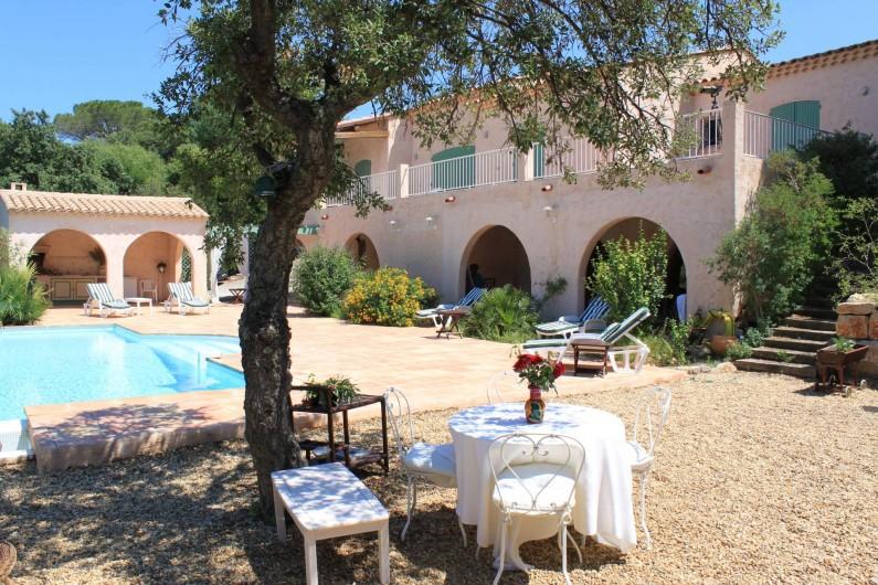 Location de vacances - Villa à Ramatuelle - Vue générale de la maison vue de la terrasse autour de la piscine.