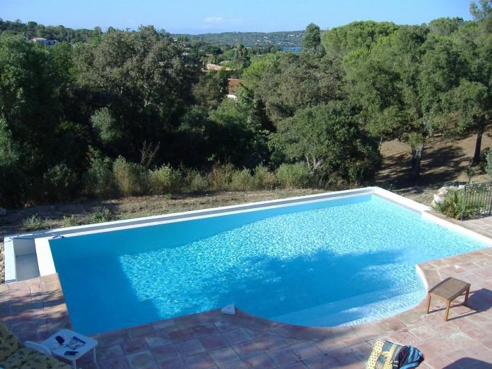 Location de vacances - Villa à Ramatuelle - Vue de la piscine et de l'environnement.