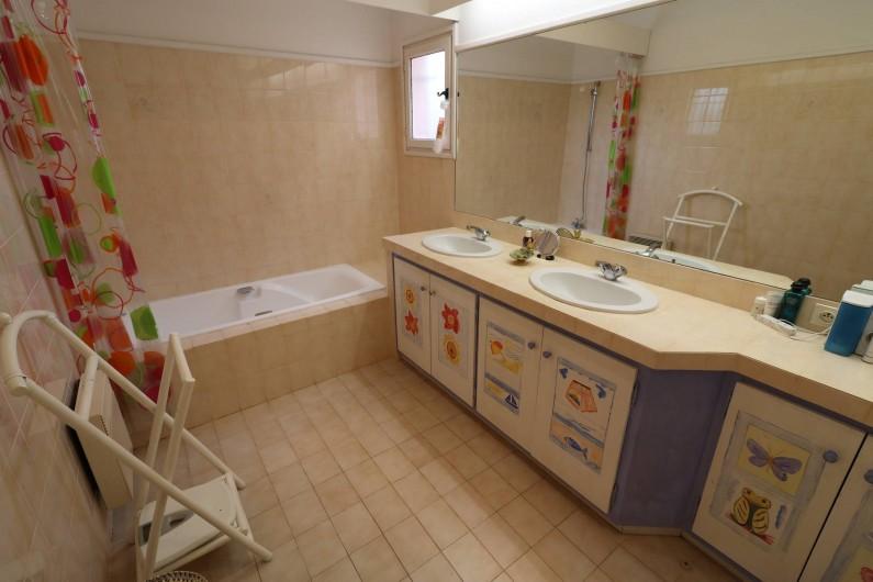Location de vacances - Villa à Ramatuelle - Vue de l'une des salles de bain.