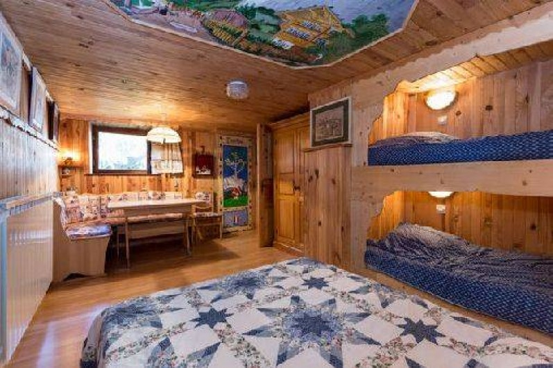 Location de vacances - Chalet à Chamonix-Mont-Blanc - Chambre au rez de jardin avec 1 lit double et 2 lits superposés.