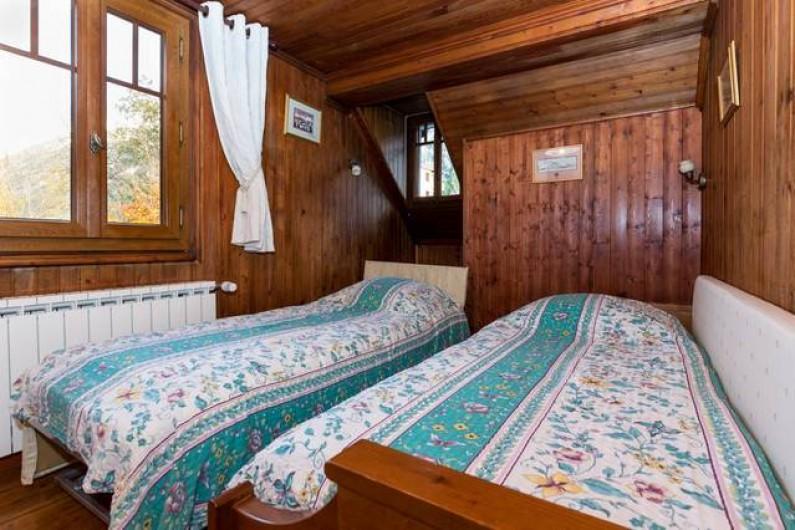 Location de vacances - Chalet à Chamonix-Mont-Blanc - Chambre au 1er étage avec 2 lits simples. Vue sur le col de Balme
