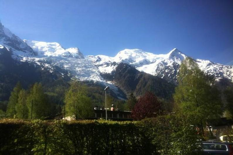 Location de vacances - Chalet à Chamonix-Mont-Blanc - Vue sur le massif du Mont-Blanc depuis le jardin