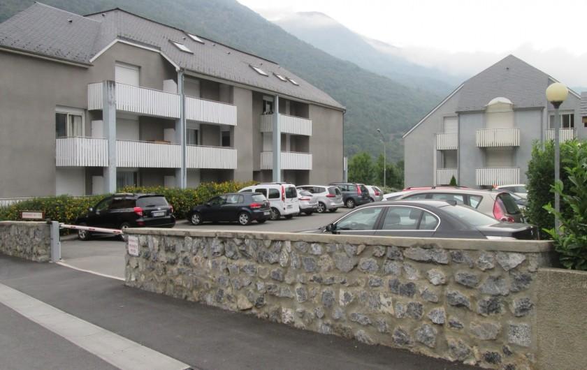 Location de vacances - Studio à Luz-Saint-Sauveur - Bâtiment avec le parking privé.