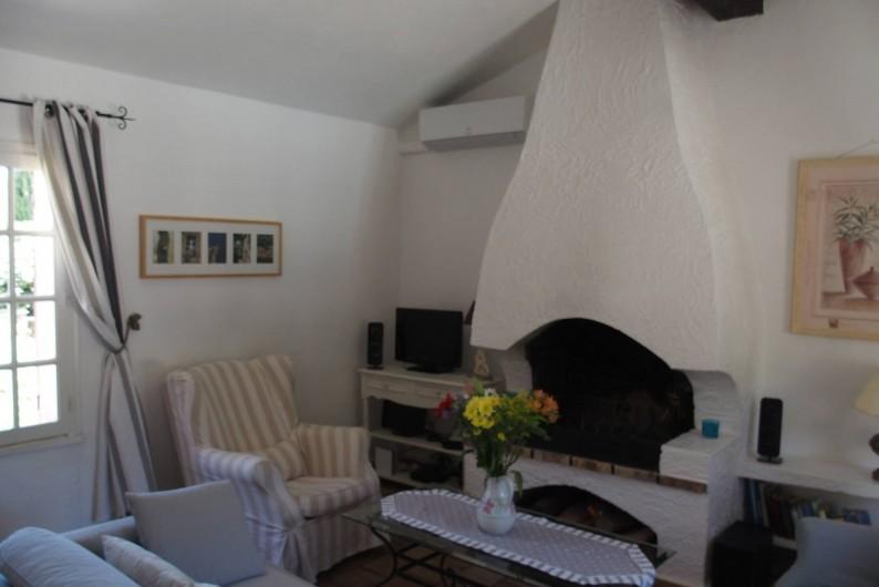 Location de vacances - Mas à Le Plan-de-la-Tour - le séjour equipé ecran plat Apple TV WLAN avec un cheminée trés agréable