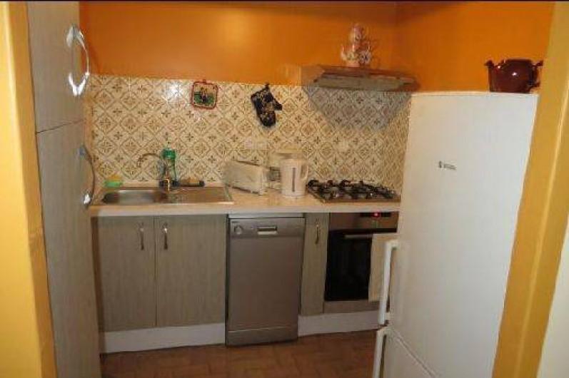 Location de vacances - Maison - Villa à Tournan - la cuisine avec son lave-vaisselle et le combiné congélateur-réfrigérateur