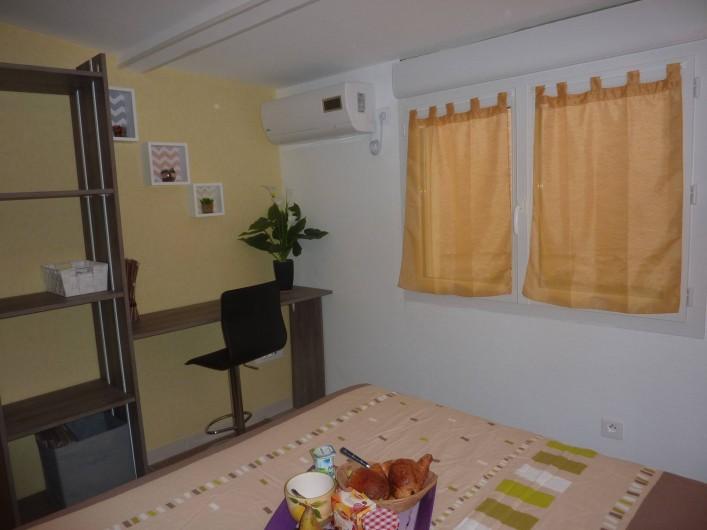 Location de vacances - Villa à Saint-Raphaël - chambre jaune climatisée   avec penderie - rangement et bureau.