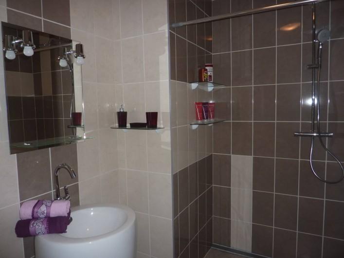 Location de vacances - Villa à Saint-Raphaël - chambre jaune : salle d'eau douche italienne de 160 cm - lavabo totem + WC