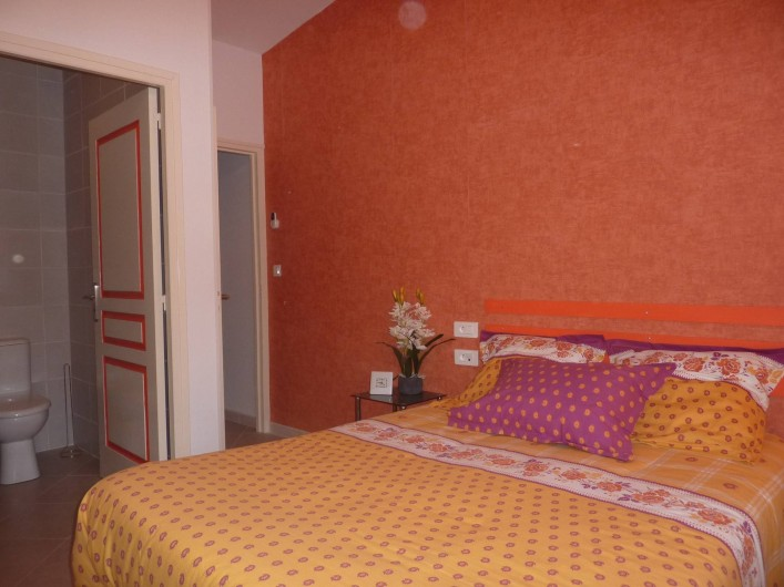 Location de vacances - Villa à Saint-Raphaël - chambre orange climatisée  avec penderie - rangement et bureau.