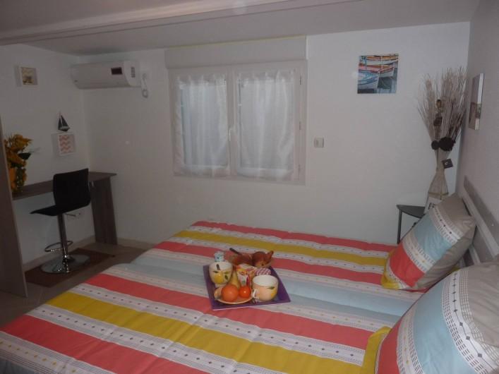 Location de vacances - Villa à Saint-Raphaël - chambre rayures climatisée  avec penderie - rangement et bureau.