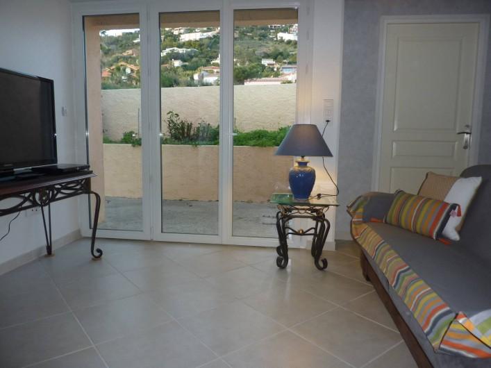 Location de vacances - Villa à Saint-Raphaël - Salon avec canapé lit grand confort, écran plat - lecteur DVD - internet