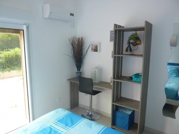 Location de vacances - Villa à Saint-Raphaël - chambre bleue  climatisée accès terrasse avec penderie - rangement et bureau.