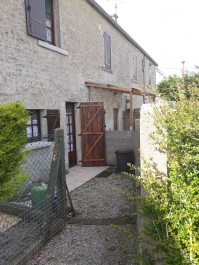Location de vacances - Appartement à Sainte-Marie-du-Mont - Sortie arrière côté jardin