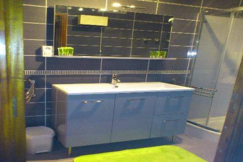Location de vacances - Villa à Hyères - salle d'eau du bas wc séparé