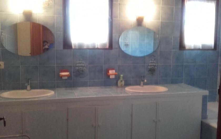 Location de vacances - Villa à Hyères - salle de bain de l'étage