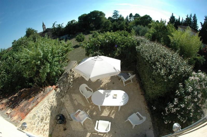Location de vacances - Gîte à Vagnas - Vue terrain avec 2eme terrasse extérieure