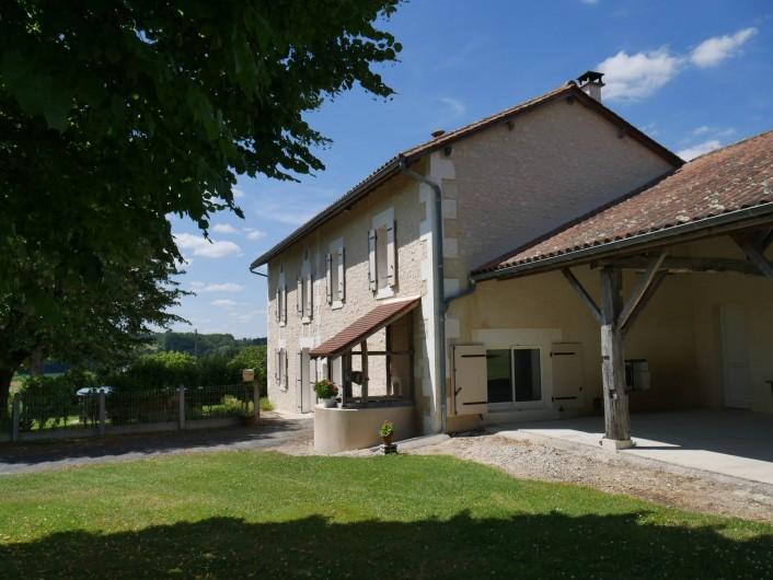 Location de vacances - Maison - Villa à Saint-Avit - Façade de la maison, vue côté Est : terrasse