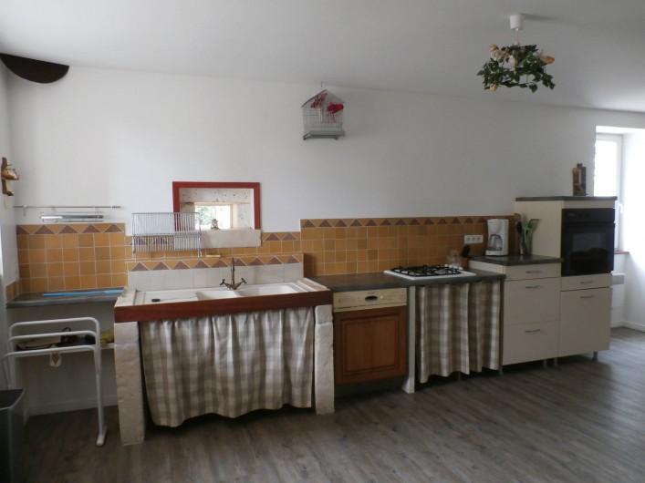 Location de vacances - Maison - Villa à Saint-Avit - Coin cuisine : évier, lavage vaisselle, plaque et four électrique