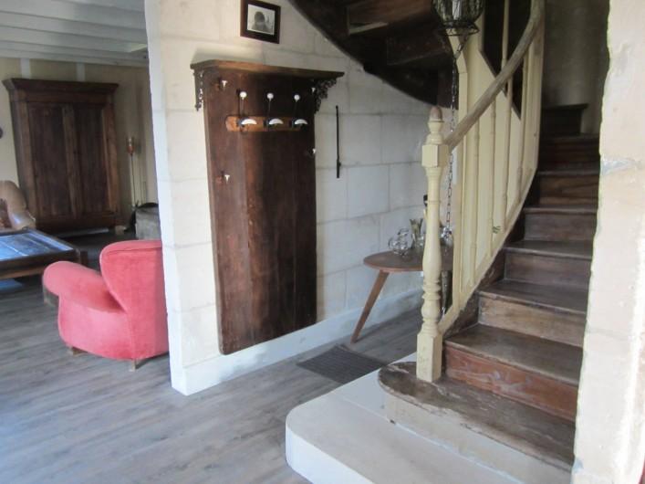 Location de vacances - Maison - Villa à Saint-Avit - Départ pour l'étage : escalier en bois, et portant
