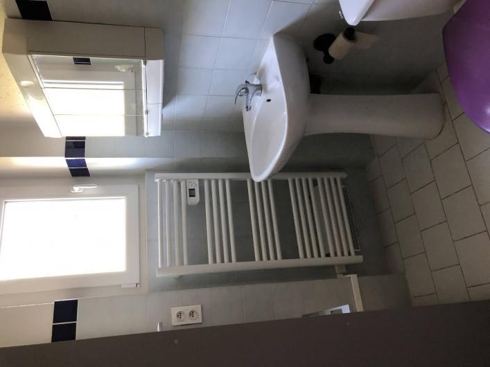 Location de vacances - Villa à Proissans - La salle d'eau du rez-de-chaussée