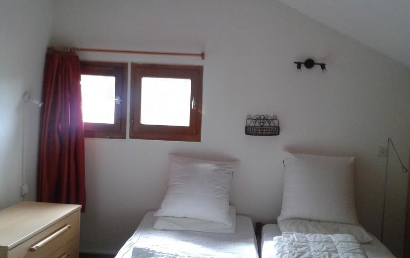 Location de vacances - Appartement à Les Carroz d'Arâches - ch 1 a l etage , lit bébé possible ds cette ch, avec cab toilette et wc