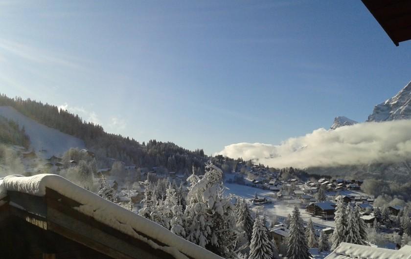 Location de vacances - Appartement à Les Carroz d'Arâches - vue sur piste qui descend a front de neige