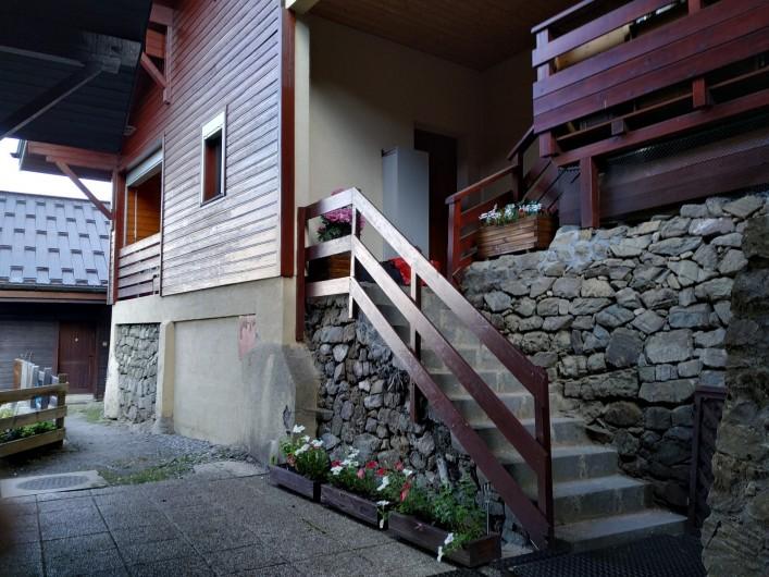 Location de vacances - Appartement à Les Carroz d'Arâches - entree privative avec placard a skis fermé devant la porte,