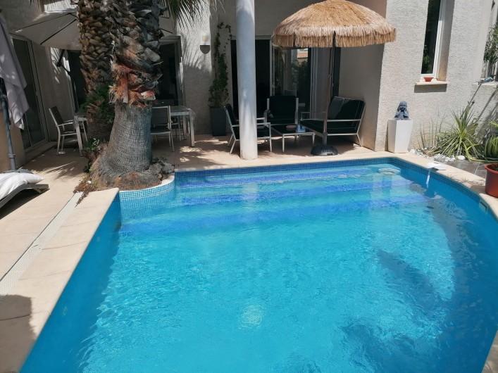 Location de vacances - Villa à Le Grau-du-Roi - Terrasse Principale vue direct sur la piscine.