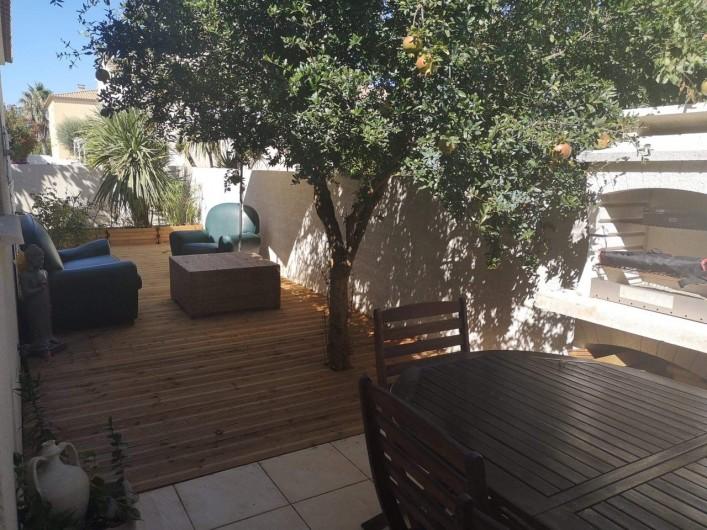 Location de vacances - Villa à Le Grau-du-Roi - Terrasse 2 en bois avec barbecue et grenadier.
