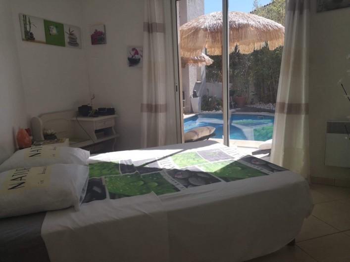 Location de vacances - Villa à Le Grau-du-Roi - Chambre 1 avec vue piscine ambiance zen aromathérapie.